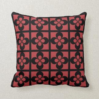 オーロラの赤く幾何学的な花柄の黒 クッション