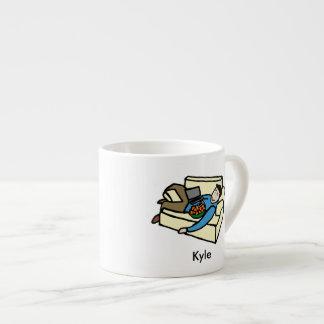 カウチ・ポテト族の名前入りな漫画のエスプレッソのコップ エスプレッソカップ
