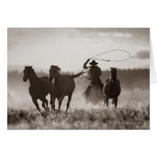 カウボーイのLassoingの馬の白黒写真 グリーティングカード