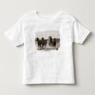 カウボーイのLassoingの馬の白黒写真 トドラーTシャツ