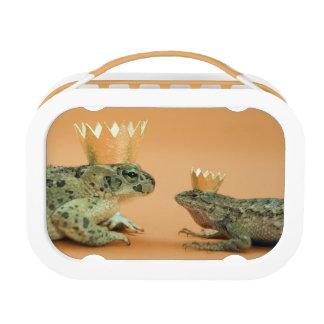 カエルおよびトカゲの身に着けている王冠 ランチボックス