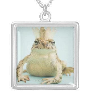 カエルの身に着けている王冠 シルバープレートネックレス