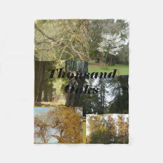 カシおよび常緑樹と景色Thousand Oaks フリースブランケット