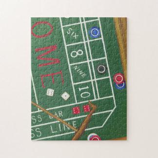 カジノは破片およびサイコロが付いているテーブルを排泄します ジグソーパズル