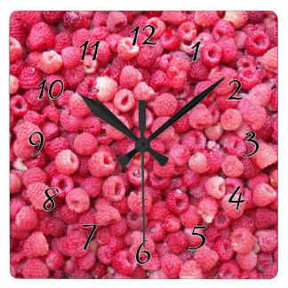 カスタマイズべき赤いラズベリーのテンプレートは個人化なります スクエア壁時計