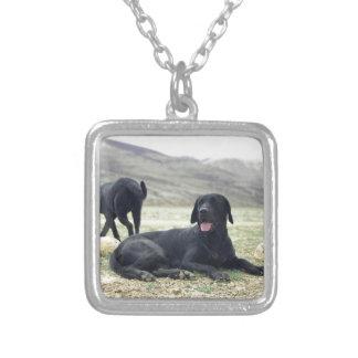 カスタマイズ可能で黒いラブラドル・レトリーバー犬 シルバープレートネックレス