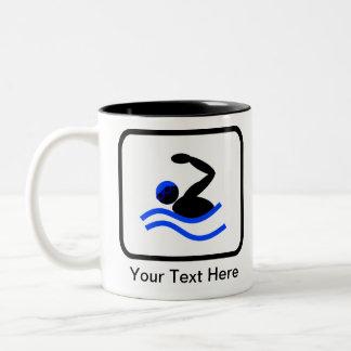 カスタマイズ可能な泳ぐ人のロゴ ツートーンマグカップ