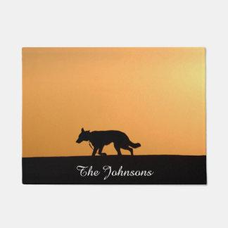 カスタムなジャーマン・シェパード犬のシルエットの日没 ドアマット