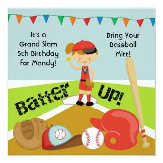 カスタムなブラウンの毛の女の子のソフトボールの誕生日の招待 13.3 スクエアインビテーションカード