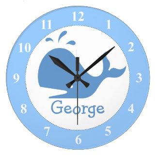 カスタムなベビーの名前の淡いブルーのクジラの時計 ラージ壁時計