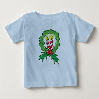 カスタムなメリークリスマスの蝋燭のリースの子供の子供 ベビーTシャツ