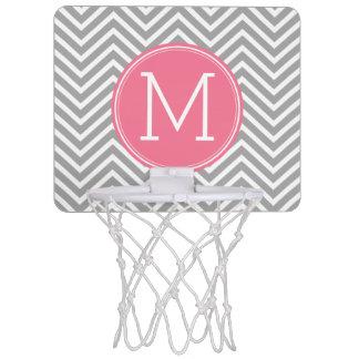 カスタムなモノグラムが付いている灰色およびピンクのシェブロン ミニバスケットボールゴール