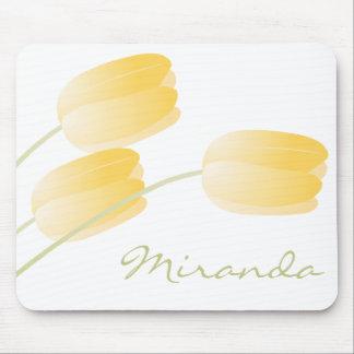 カスタムなモノグラムとの黄色いチューリップの春の花柄 マウスパッド