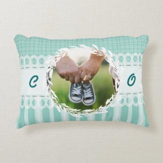 カスタムな写真のモノグラムのティール(緑がかった色)のベビーの子供部屋の枕 アクセントクッション