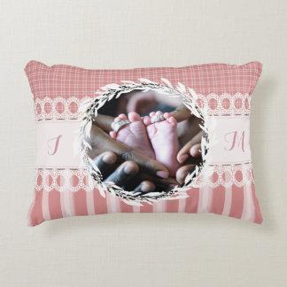 カスタムな写真のモノグラムのピンクのベビーの子供部屋の枕 アクセントクッション