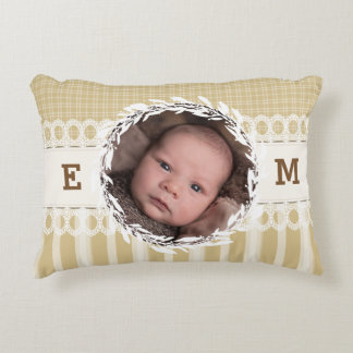 カスタムな写真のモノグラムのベージュベビーの子供部屋の枕 アクセントクッション