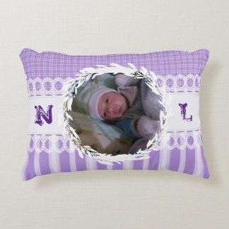 カスタムな写真のモノグラムの紫色のベビーの子供部屋の枕 アクセントクッション