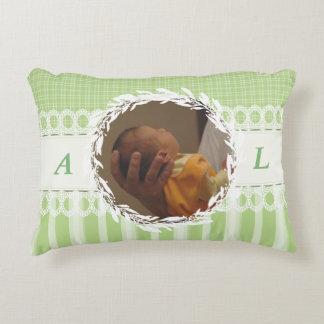 カスタムな写真のモノグラムの緑のベビーの子供部屋の枕 アクセントクッション