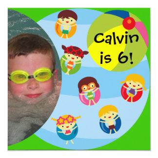 カスタムな写真の男の子のプールを囲んでのパーティの水泳の誕生日 カード