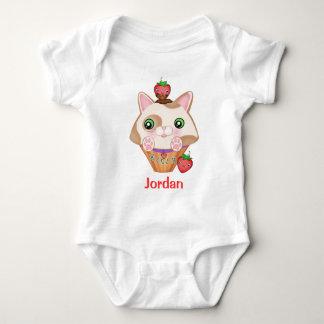 カスタムな子猫のカップケーキ及びいちごのTシャツ ベビーボディスーツ