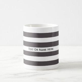 カスタムな文字の名前のレバーダークグレー及び白い縞 コーヒーマグカップ