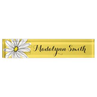 カスタムな文字を持つ黄色および白くお洒落なデイジー デスクネームプレート