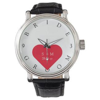 カスタムな花嫁の新郎は結婚式の日付の腕時計を示します 腕時計