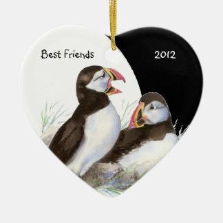 カスタムの日付がついた水彩画のツノメドリの親友の鳥 セラミックオーナメント