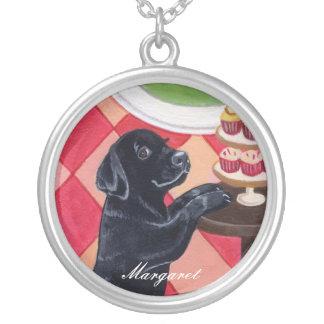 カップケーキの絵を描くことの黒いラブラドールの子犬 シルバープレートネックレス