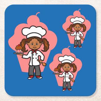 カップケーキを持つ漫画のメスのシェフ スクエアペーパーコースター