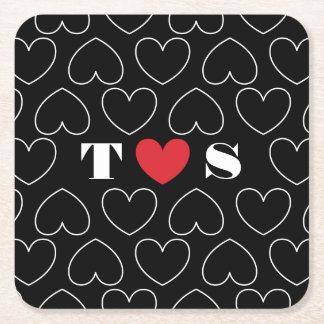 カップルのイニシャルが付いている愛パターンのハート スクエアペーパーコースター