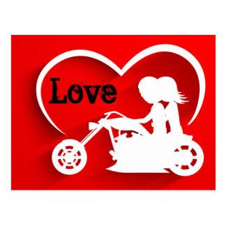 カップルの乗馬オートバイ、ハートおよび愛 ポストカード