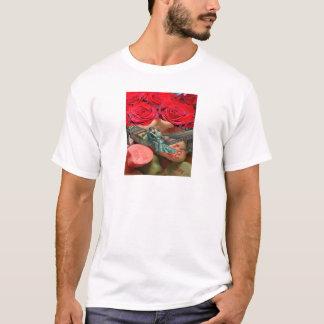 カップルはばら色のコラージュの恋人キャンデーのハンモックに接吻します Tシャツ