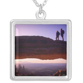 カップルはメサのアーチ頂上からの日の出を見ます シルバープレートネックレス