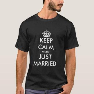 カップルを結婚するために最近のための穏やかなたった今結婚しましたのTシャツを保って下さい Tシャツ