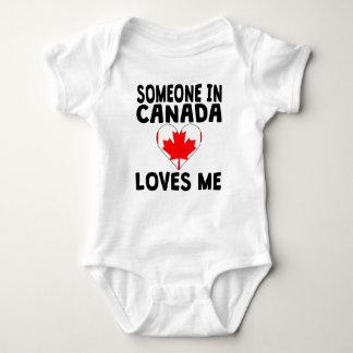 カナダの誰かは私を愛します ベビーボディスーツ