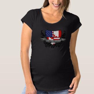 カナダアメリカの盾の旗 マタニティTシャツ