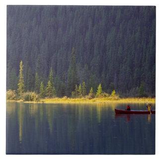カナダ、アルバータのBaniffの国立公園。 2人の男の子 タイル