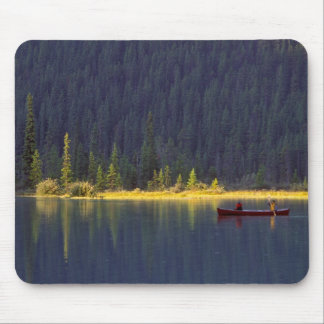 カナダ、アルバータのBaniffの国立公園。 2人の男の子 マウスパッド