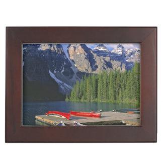 カナダ、アルバータのmoraine湖。 赤いカヌーは待ちます ジュエリーボックス