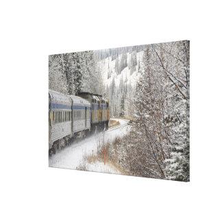 カナダ、アルバータ。 その間柵の雪の列車で キャンバスプリント
