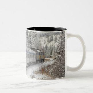 カナダ、アルバータ。 その間柵の雪の列車で ツートーンマグカップ