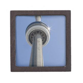 カナダ、オンタリオ、トロント。 CNタワーの上との ギフトボックス