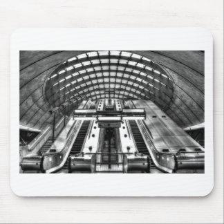 カナリア色の波止場の地下鉄の駅 マウスパッド