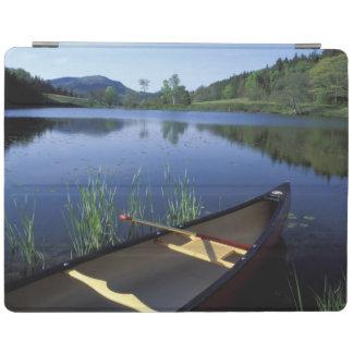 カヌーは少し長い池の海岸で休みます iPad カバー