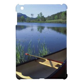 カヌーは少し長い池の海岸で休みます iPad MINI カバー