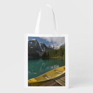 カヌーはmoraine湖、Banffに沿う波止場で駐車しました エコバッグ