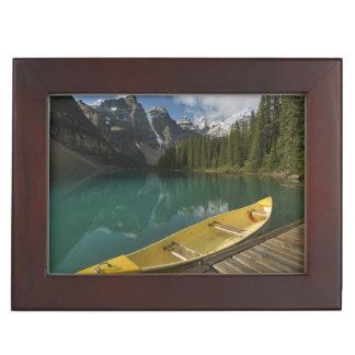 カヌーはmoraine湖、Banffに沿う波止場で駐車しました ジュエリーボックス