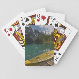 カヌーはmoraine湖、Banffに沿う波止場で駐車しました トランプ