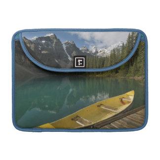 カヌーはmoraine湖、Banffに沿う波止場で駐車しました MacBook Proスリーブ